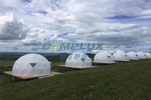 全家人很开心的住进露营帐篷